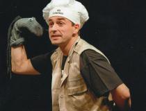 """Teatro Humboldt apresenta peça bilíngue  """"Inspetor Johnny entra em ação"""""""