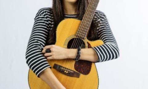 Thaís Salles faz sucesso como cantora na cena musical da capital de Minas Gerais