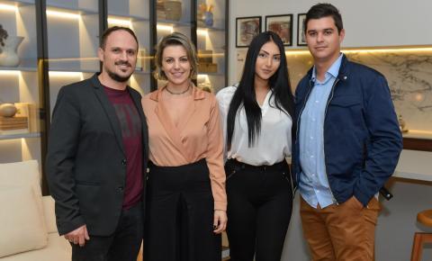 Coquetel para convidados movimenta Casa Basalto, de Fernando Dal Bosco