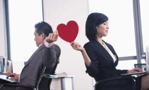 Namoro na empresa: prática não é proibida, mas demissão por justa causa pode acontecer caso regras internas não sejam respeitadas