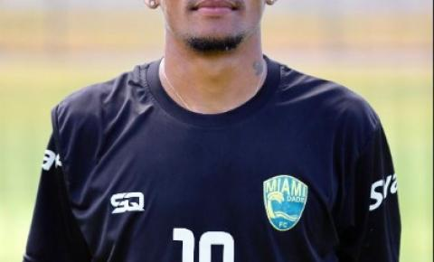 O jogador de futebol brasileiro Gleison Sousa vai da venda de picolés para chegar às ligas principais
