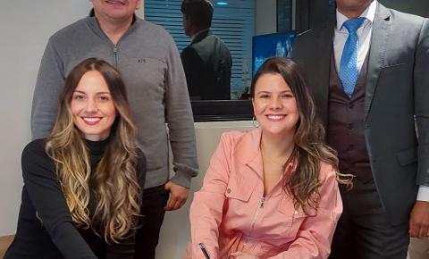 Dupla Paulla e Kamila Retoque assinam contrato com escritório artístico