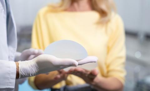 Dr. Matthews Herdy explica como funciona o implante mamário de recuperação rápida