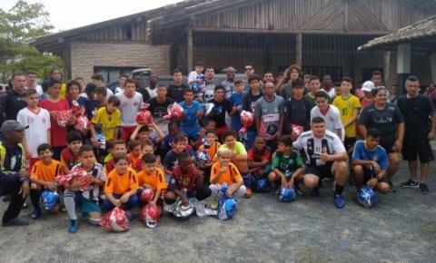 Crianças do projeto Tá na Bola, Tá na Escola ganharam bolas da Havan