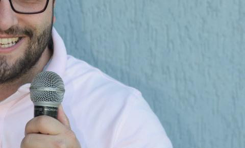 Encerrando primeira turnê solo, Flávio Chato leva reflexões sobre acessibilidade e PCDs para palco do Teatro CIEE