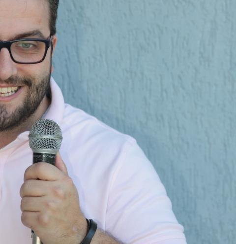 Refletindo sobre acessibilidade e PCDs, humorista Flávio Chato apresenta espetáculo solo na Fundação Cultural de Curitiba
